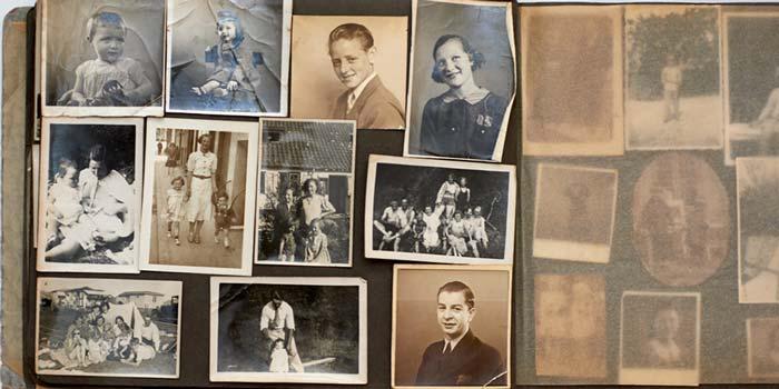 Restaurering af gamle falmede billeder. På billedet ses fotoalbum med familiefotos i sort hvid.